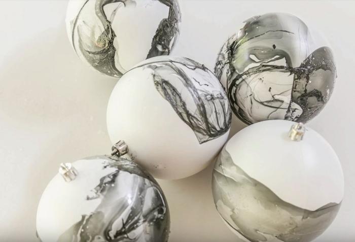 diy boule de noël marbrée en blanc et gris
