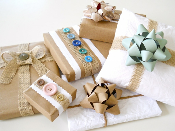emballage avec papier cadeau kraft et boutons