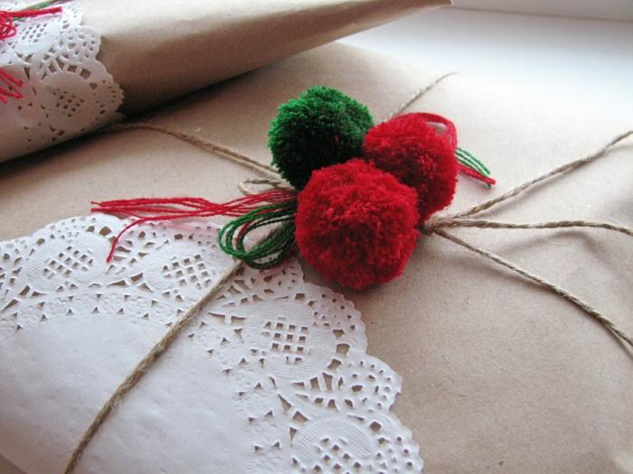 emballage facile pour noël avec du papier cadeau kraft et pompons