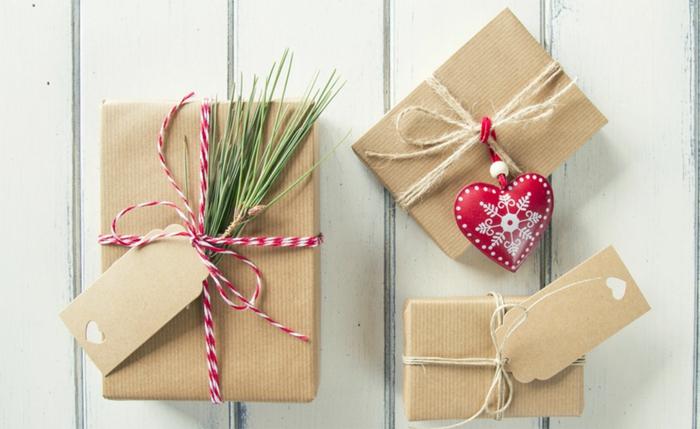 emballage festive pour noël avec du papier cadeau kraft