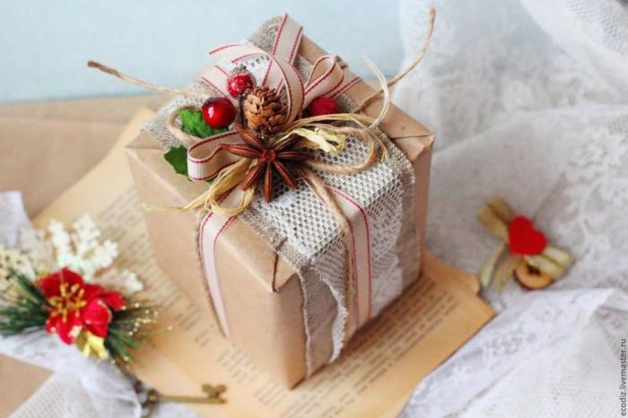 emballage noël en papier cadeau kraft et dentelle