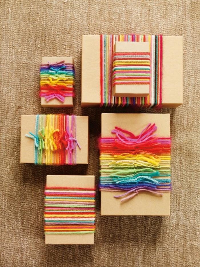 ficelle colorés et papier cadeau kraft poun un cadeau de noël