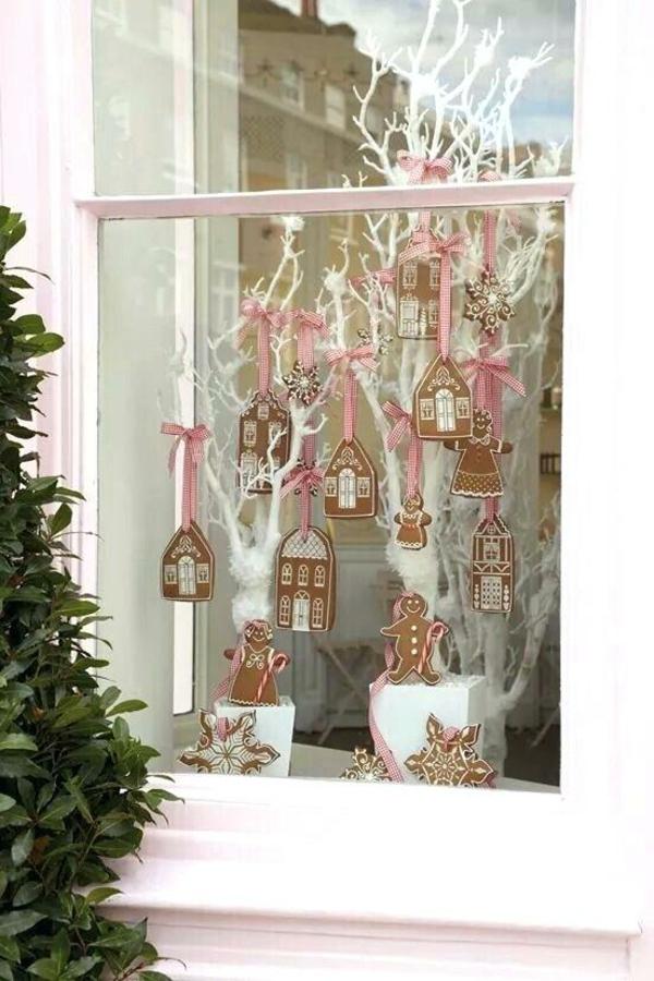 idée déco fenêtre noël biscuits suspendus