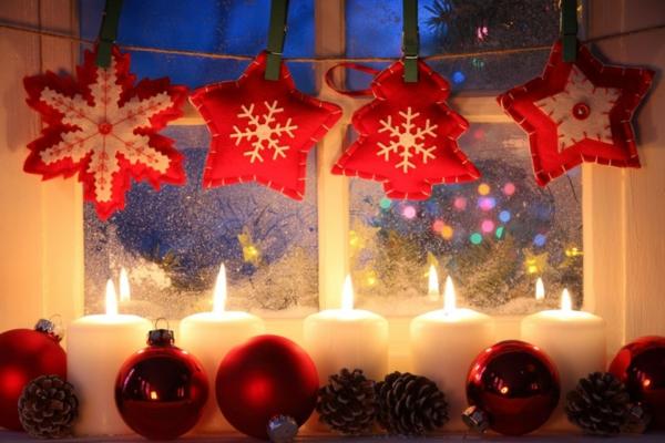 idée déco fenêtre noël bougies boules rouges ornements en textile