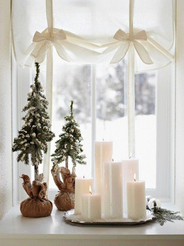 idée déco fenêtre noël bougies petits sapins