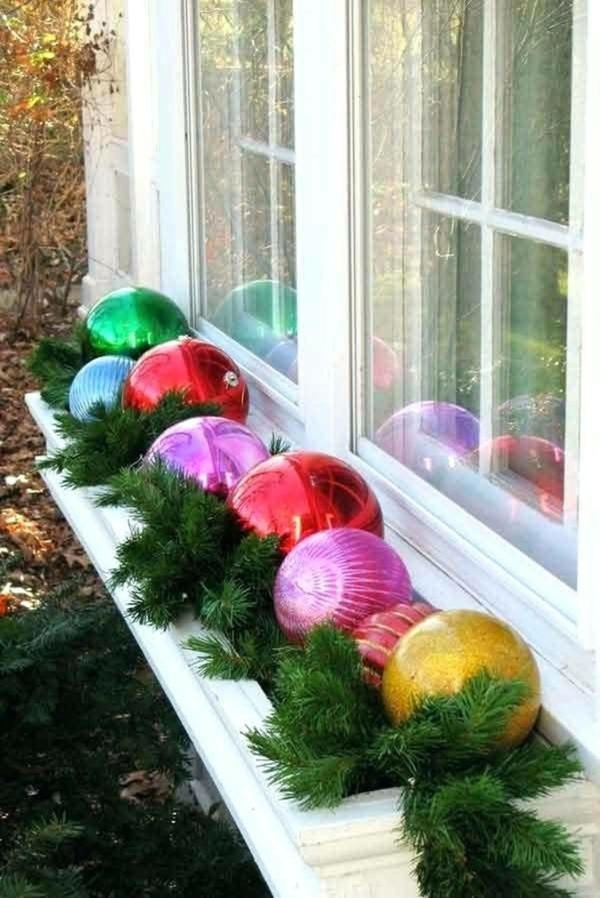 idée déco fenêtre noël boules géantes extérieur