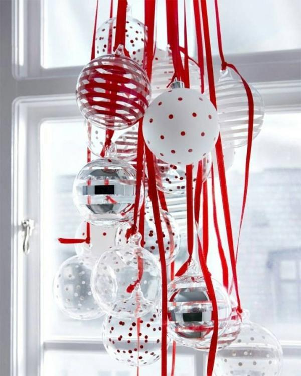 idée déco fenêtre noël boules transparentes suspendues