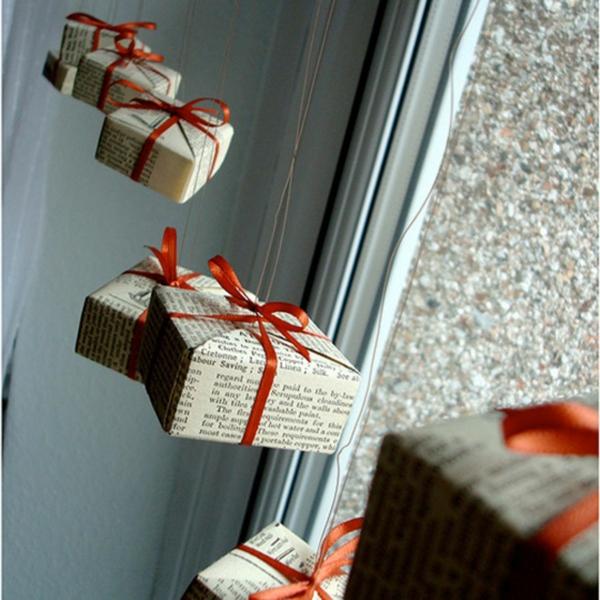 idée déco fenêtre noël cadeaux suspendus
