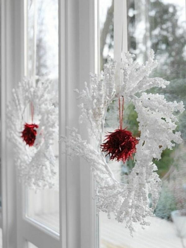 idée déco fenêtre noël couronne de noël blanche