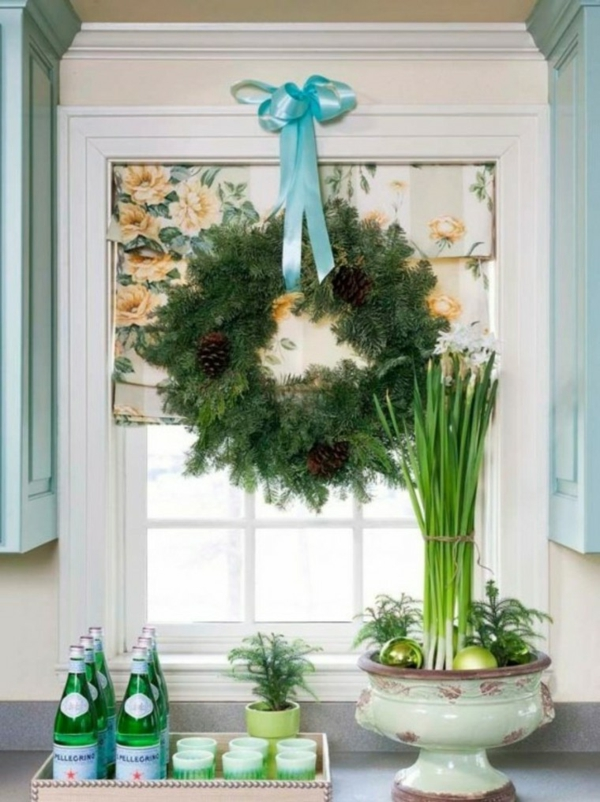 idée déco fenêtre noël couronne verdure