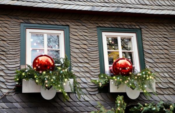 idée déco fenêtre noël extérieur boules géantes lampes led