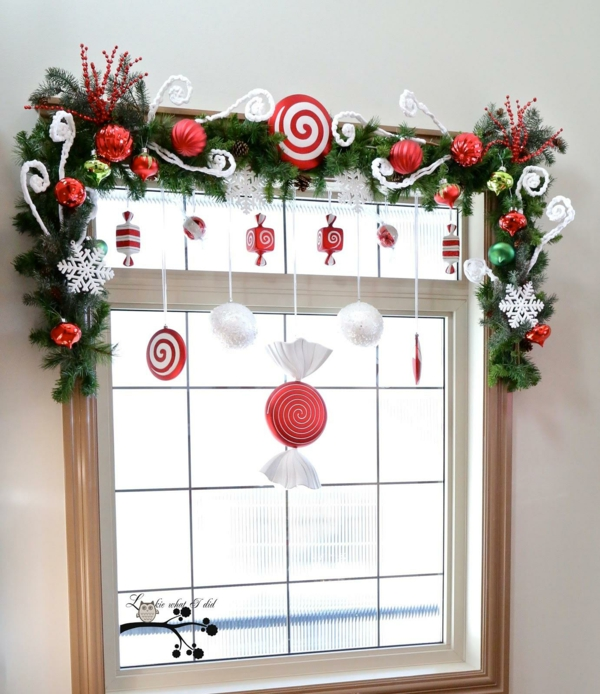 idée déco fenêtre noël guirlande ornements intérieur