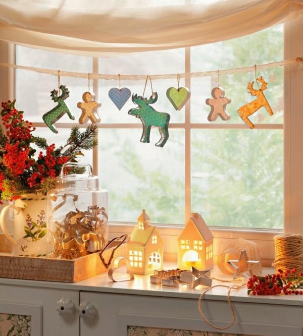 idée déco fenêtre noël guirlandes moules à biscuits