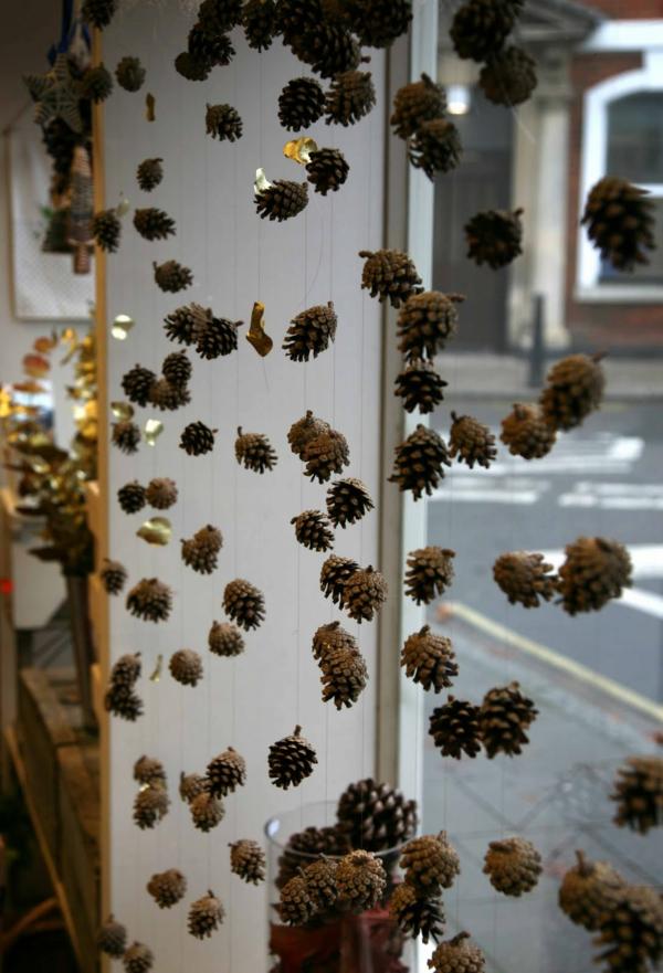 idée déco fenêtre noël guirlandes pommes de pin