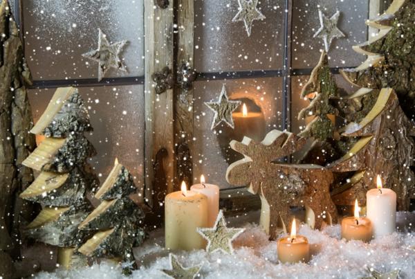 idée déco fenêtre noël ornements en bois