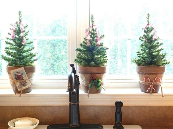 idée déco fenêtre noël petits sapin en pots