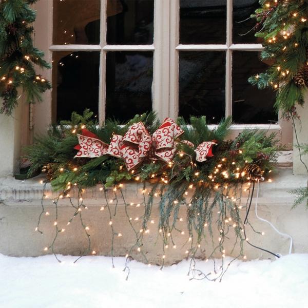 idée déco fenêtre noël rebord de fenêtre verdure lampes led extérieur