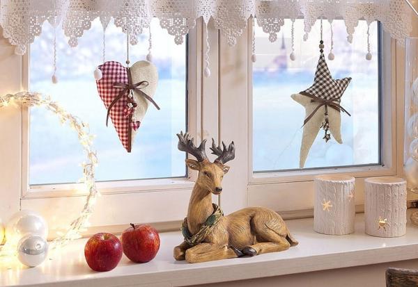 idée déco fenêtre noël renne en plastique bougeoirs ornements en textile