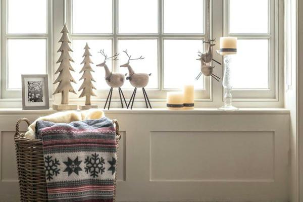 idée déco fenêtre noël rennes sapins bois