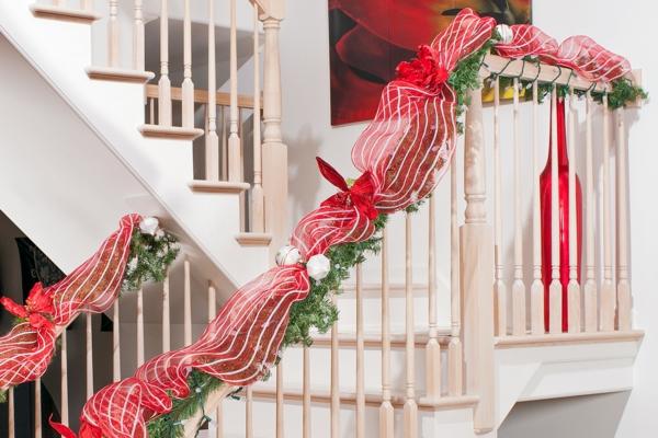 idée de décoration escalier noël guirlande verte avec ruban