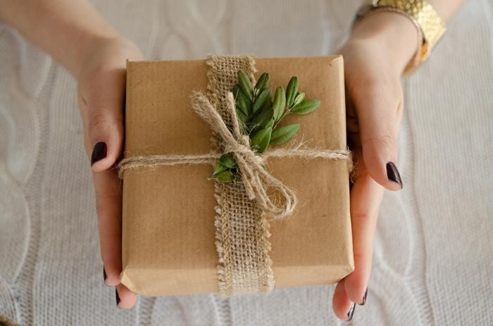 joli emballage en papier cadeau kraft