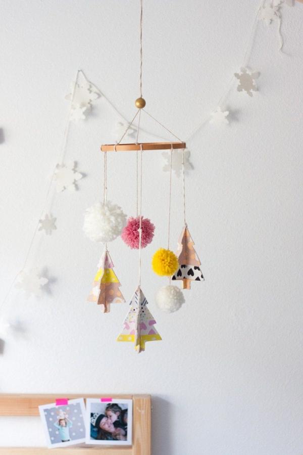 mobile de Noël à fabriquer pompons et sapins