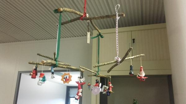 mobile de Noël à fabriquer santons aux bouts des rubans