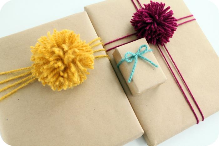 papier cadeau kraft déco avec pompons colorés