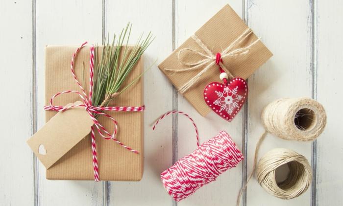 papier cadeau kraft et ficelle rouge et blanc