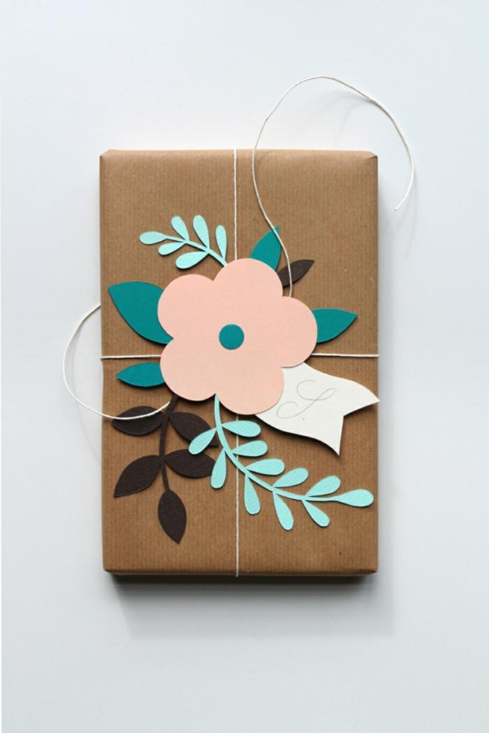 papier cadeau kraft et fleur en papier pour un emballage noël unique