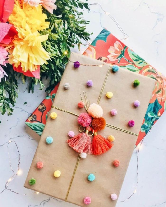 pompons sur papier cadeau kraft