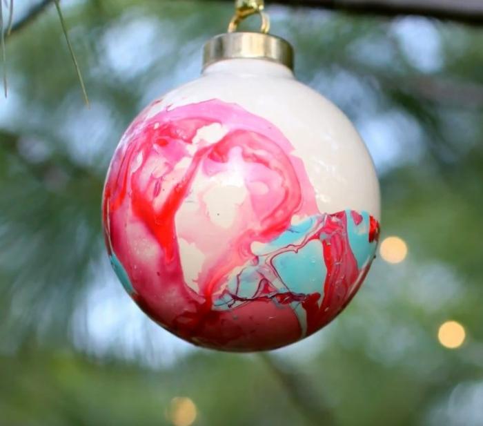 projet facile pour décorer le sapin avec une boule de noël marbrée