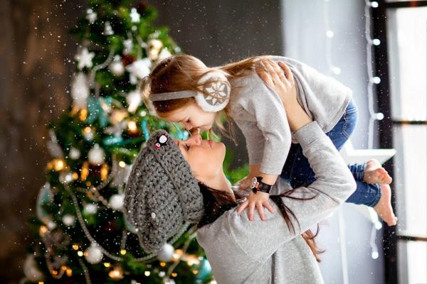 séance photo famille noël maman fille chapeaux effet neige