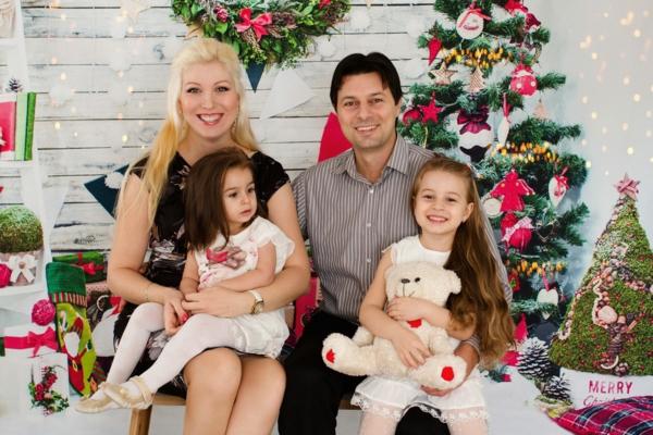 séance photo famille noël parents filles déco de noël