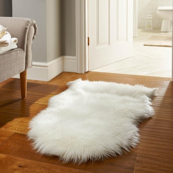 tapis fausse fourrure blanc devant la porte des toilettes