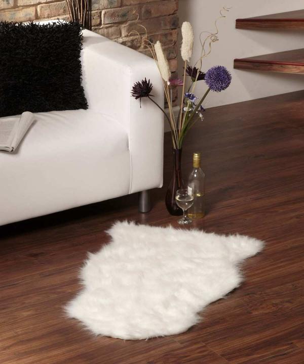 tapis fausse fourrure blanc devant le canapé