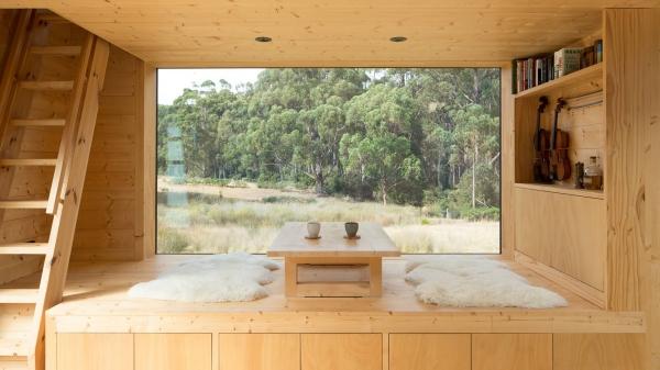 tapis fausse fourrure blanc maison en bois