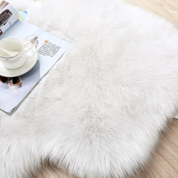 tapis fausse fourrure blanc sur le sol