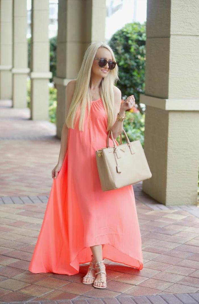 association couleur corail robe longue