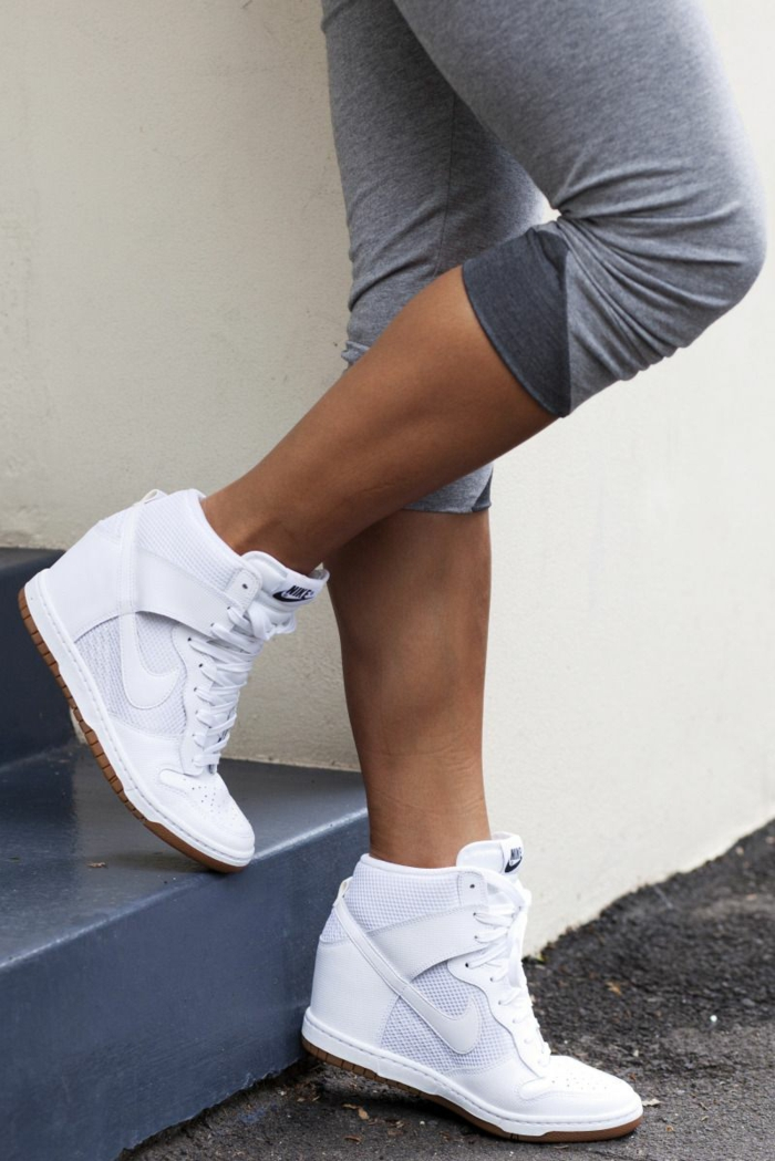 basket compensée blanche pour une tenue sportive