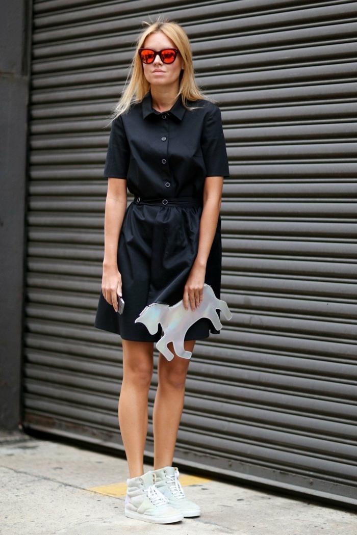 chemise robe noire et basket compensée