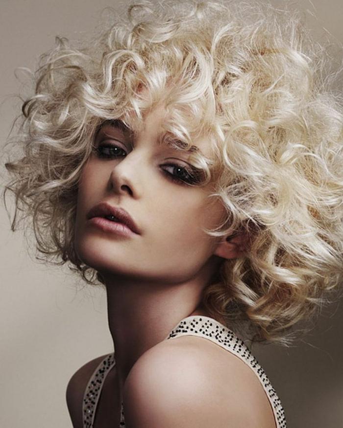 cheveux blonds carré bouclé