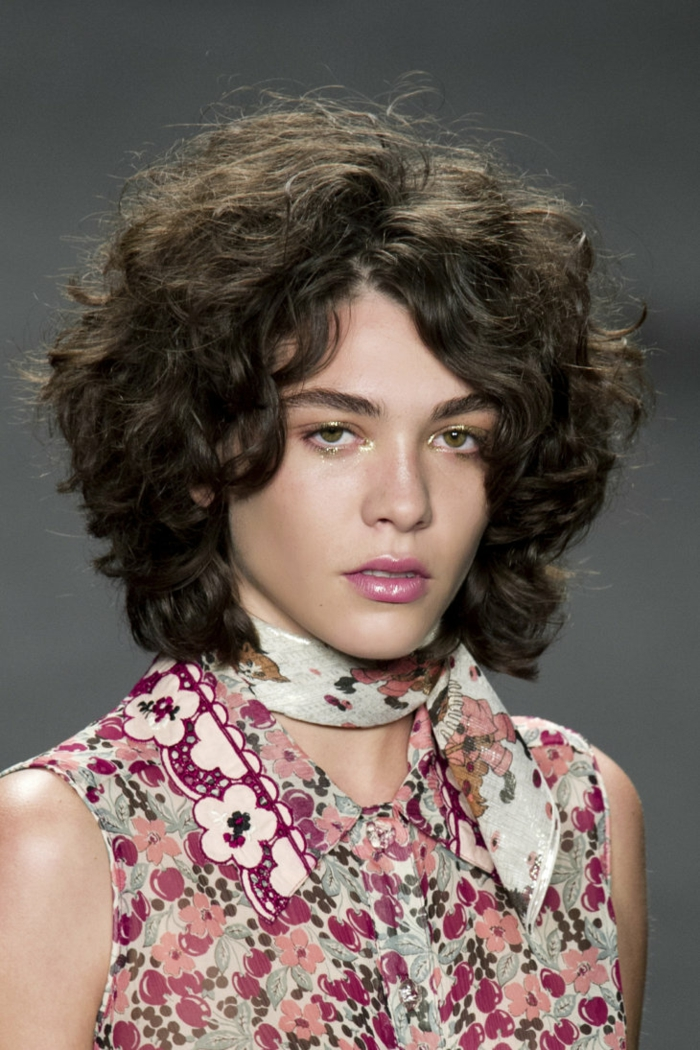 coiffure moderne idée carré bouclé