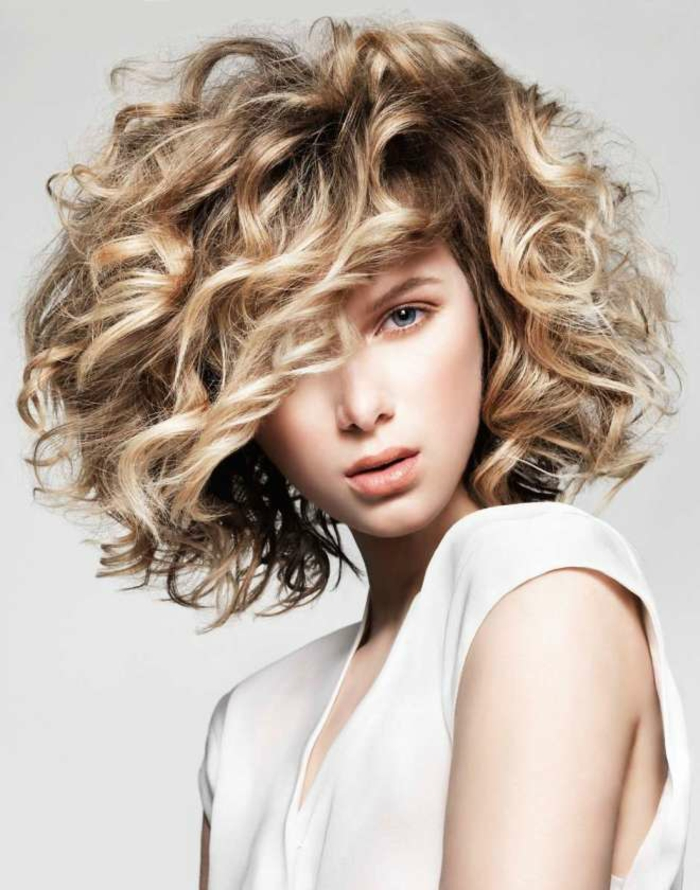 coiffure tendance carré bouclé