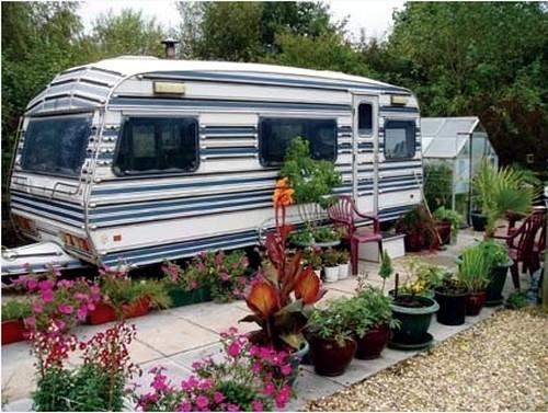 déco caravane dans le jardin