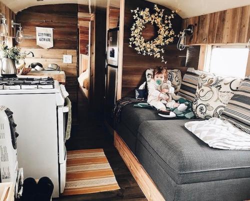 déco caravane murs revêtus en bois