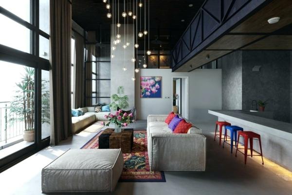 déco salon gris plafond haut canapés beige tabourets de bar métalliques