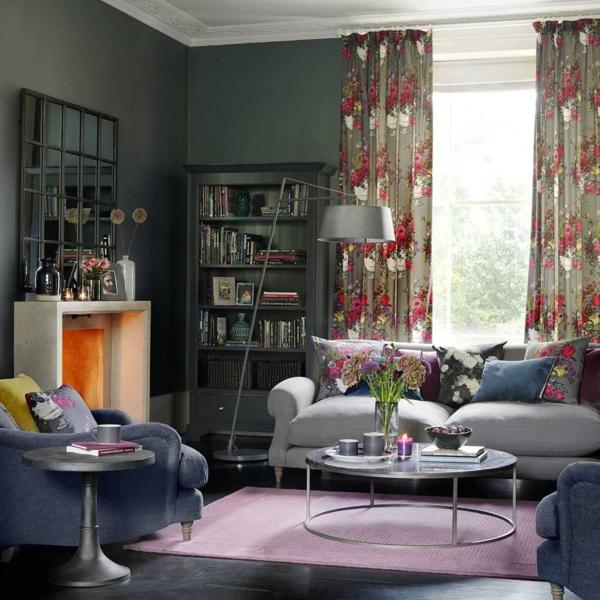 déco salon gris rideaux floraux tapis pourpre