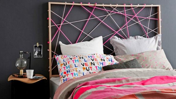 déco tête de lit cadre de bois fil coloré