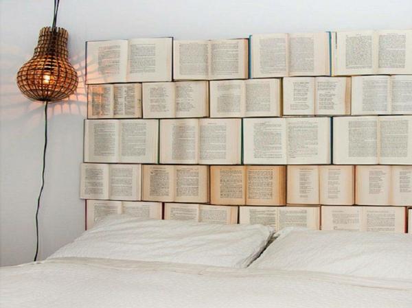 déco tête de lit livres recyclés
